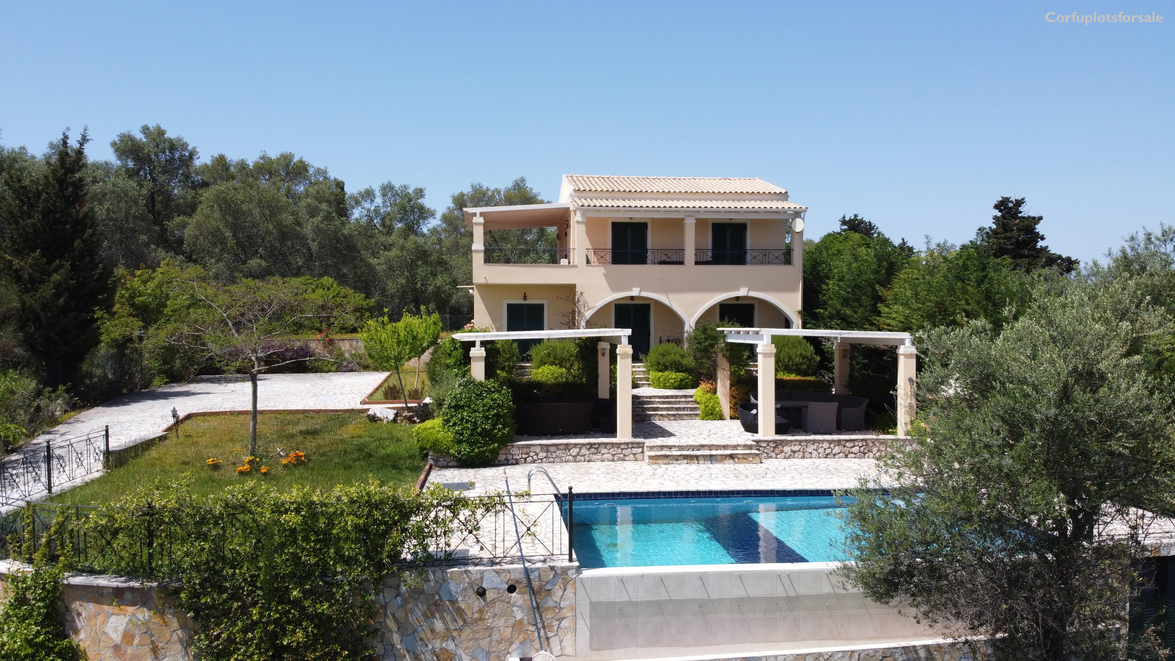 A 170 sq.m villa with basement and pool at the top of a hill in Poulades